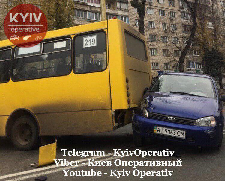 В Киеве на Куреневке 14 ноября произошло масштабное ДТП с участием маршрутки, трамвая и легкового автомобиля