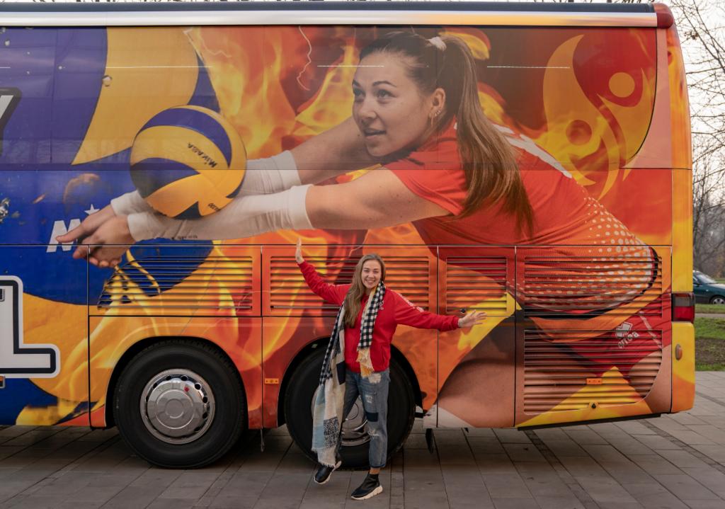 """Президент СК """"Прометей"""" Володимир Дубинський подарував волейболістка сучасний автобус"""