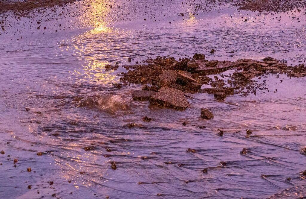 Вода пробила асфальт: в Днепре затопило остановку на набережной