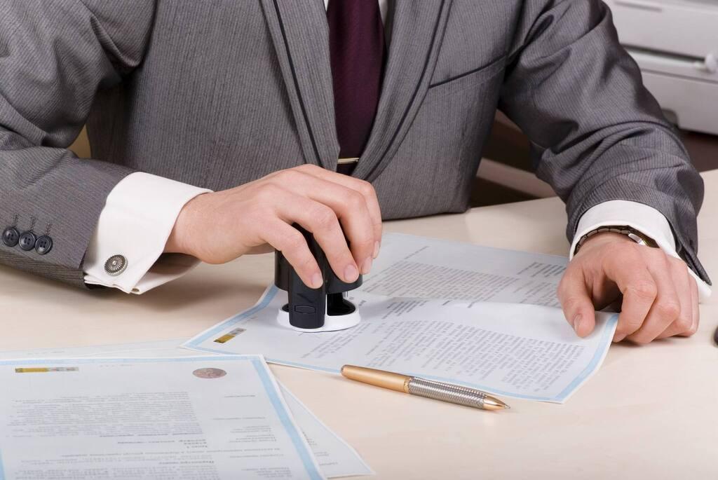 Бизнесмен и нотариус работали по поддельным документам