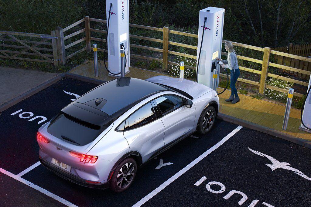 Версія з приводом на задні колеса зі звичайною АКБ зможе без підзарядки подолати до 370 км, а з батареєю збільшеної місткості – 600 км.