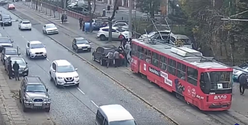 Пасажири трамвая виштовхали з рейок припарковане авто