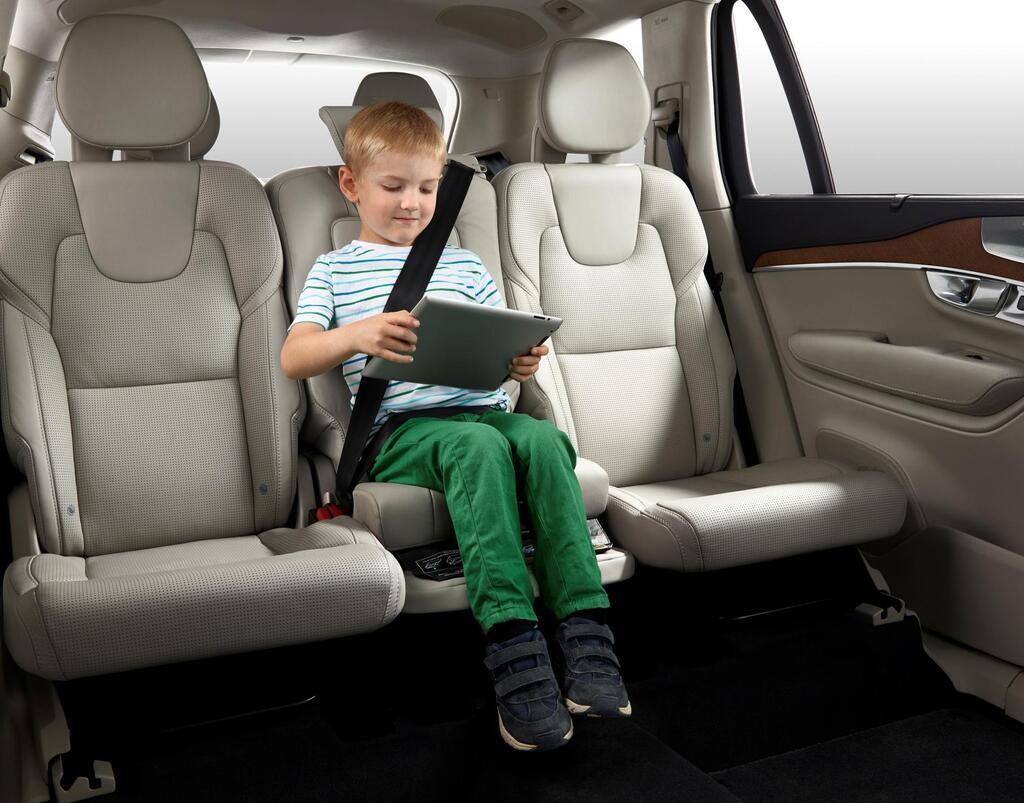 Помимо кресел для перевозки детей предлагаются бустеры, позволяющие правильно зафиксировать ремень безопасности на теле ребенка