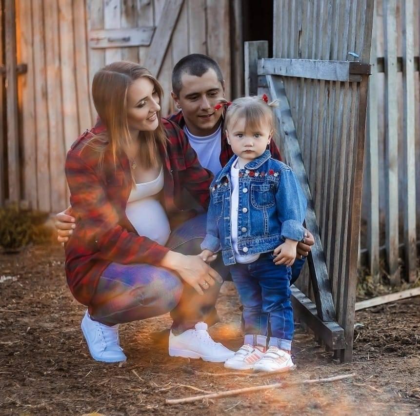 Дмитро із дружиною та старшою донькою, січень 2019. Вони чекали на другу дитину