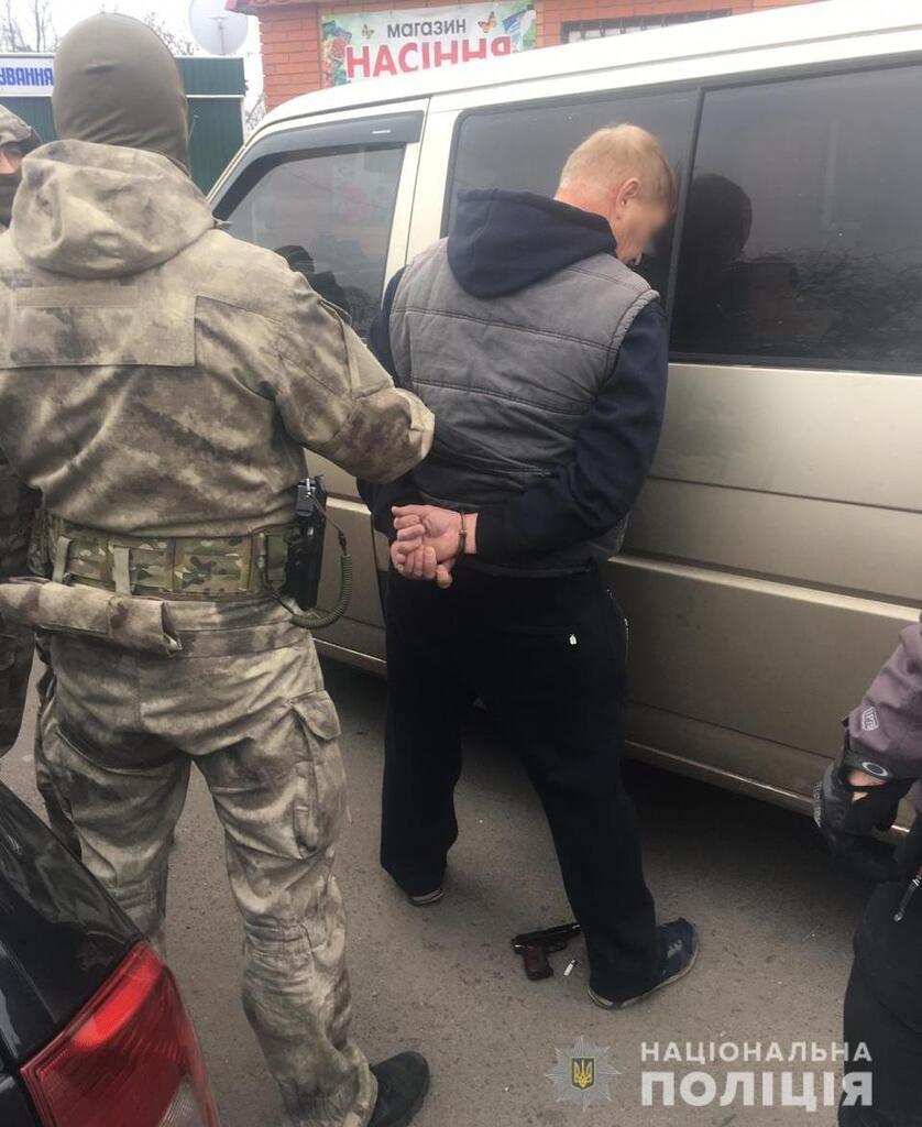 На Киевщине мужчина с пистолетом напал на полицейских