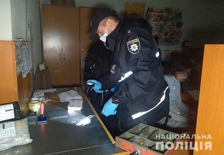 В Днепровском районе Киева мужчина в маске забежал в помещение отделения №223 Укрпочты