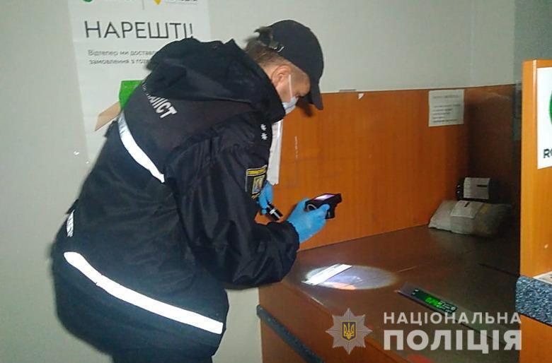 Он, угрожая оружием кассиру, забрал более 7 тысяч гривен