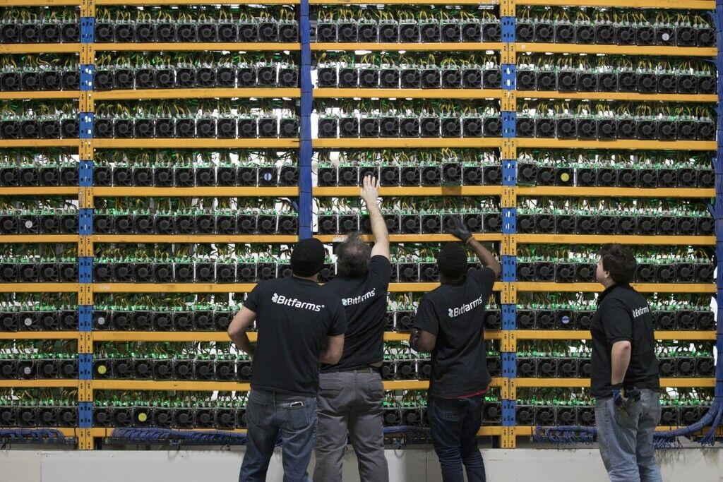 """Устаткування для майнінгу (генерації цифрової валюти) на криптовалютній """"фермі"""" Bitfarms у Канаді"""