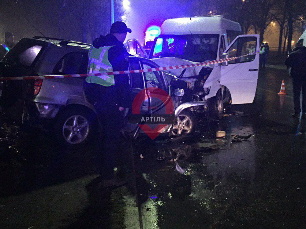 У Києві зіткнулися мікроавтобус і позашляховик: загинули двоє, багато поранених