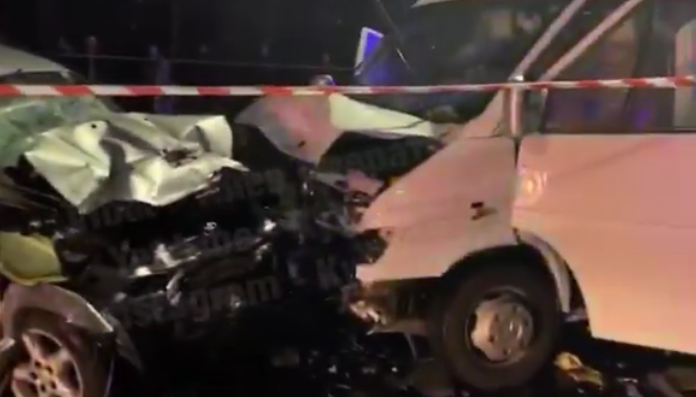 У Києві зіткнулися мікроавтобус Mercedes і Toyota Rav4