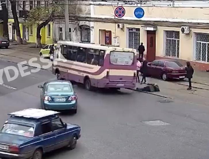 В Одессе женщина выпала из маршрутки