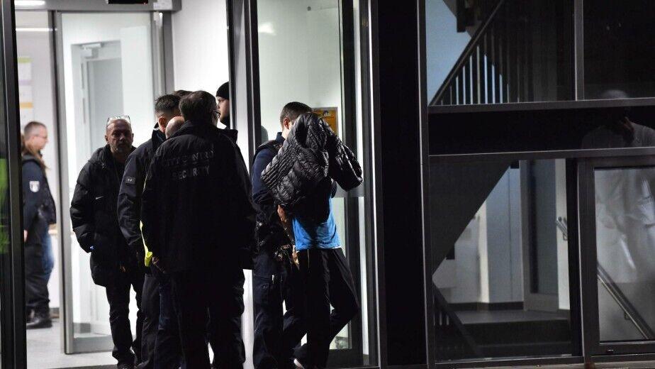 Полицейские арестовывают злоумышленника после смертельного нападения в клинике