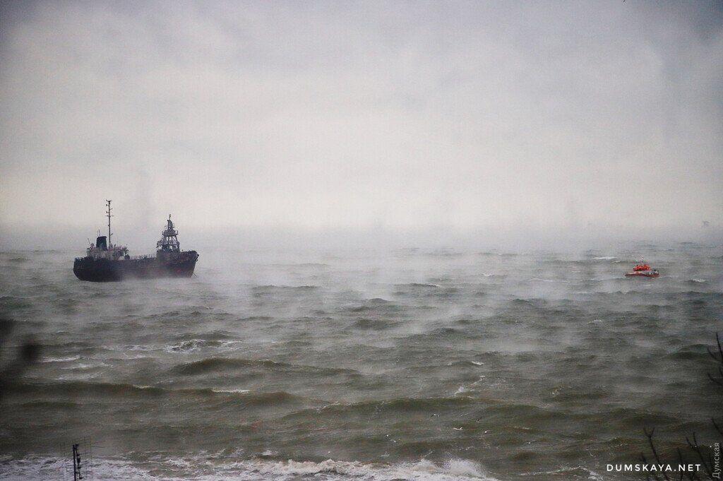 В Одессе корабль потерпел бедствие из-за страшного шторма