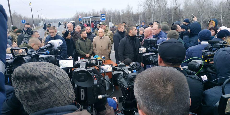 20 ноября в Станице Луганской побывала официальная делегация во главе с президентом Владимиром Зеленским