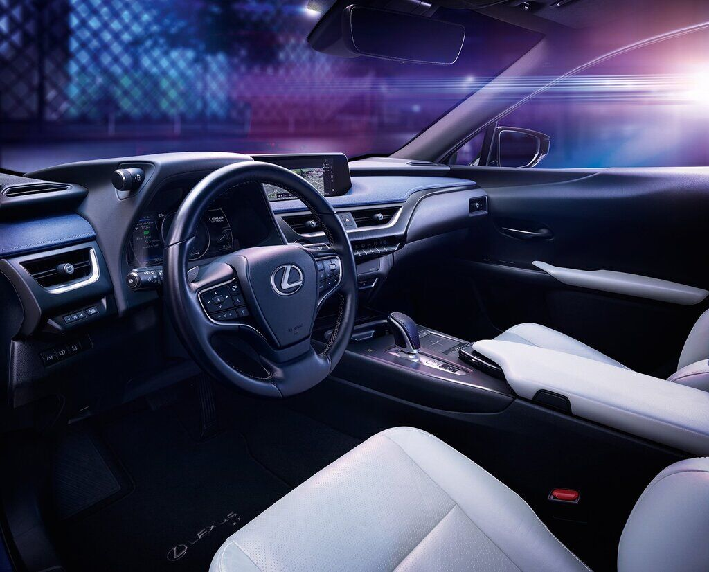 Внутри Lexus UX 300e ничем не отличается от гибридной версии или модели с ДВС