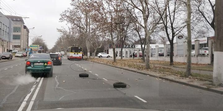 Шторм в Одесі обірвав провід у тролейбуса