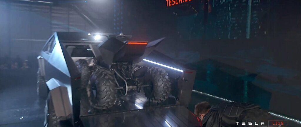 Квадроцикл в кузове Cybertruck поставили на зарядку