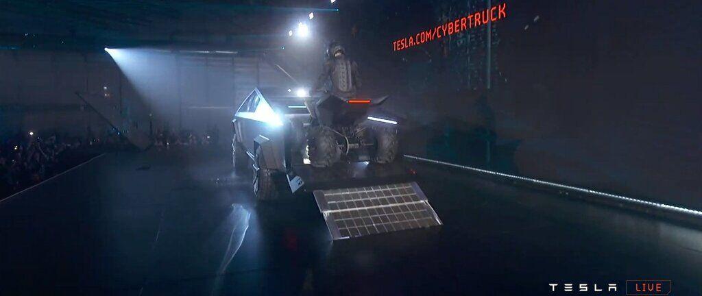 В кузов Cybertruck загнали электрический квадроцикл