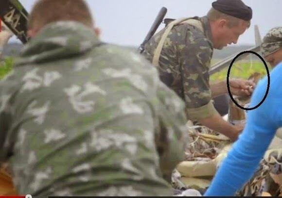 Окупанти знімають особисті речі з жертв авіакатастрофи