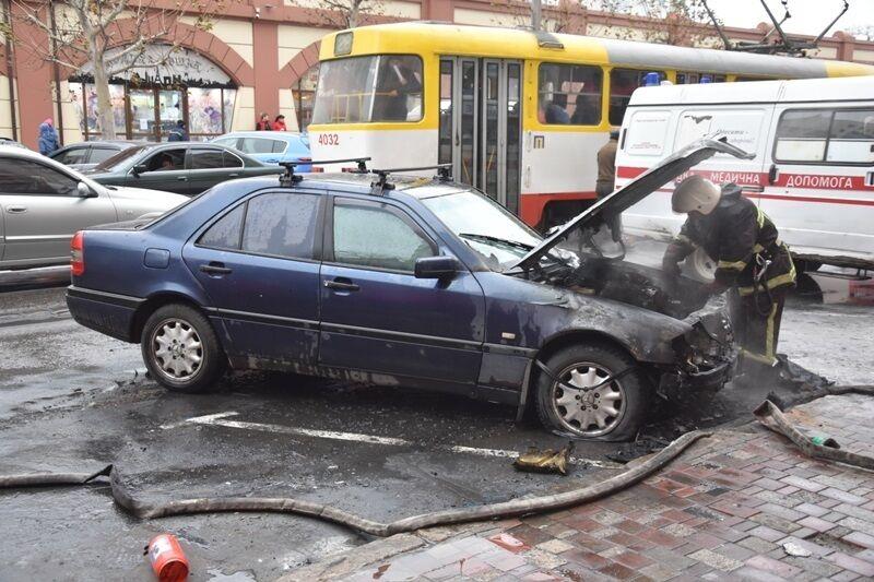 """В Одесі біля """"Привозу"""" згорів Mercedes"""