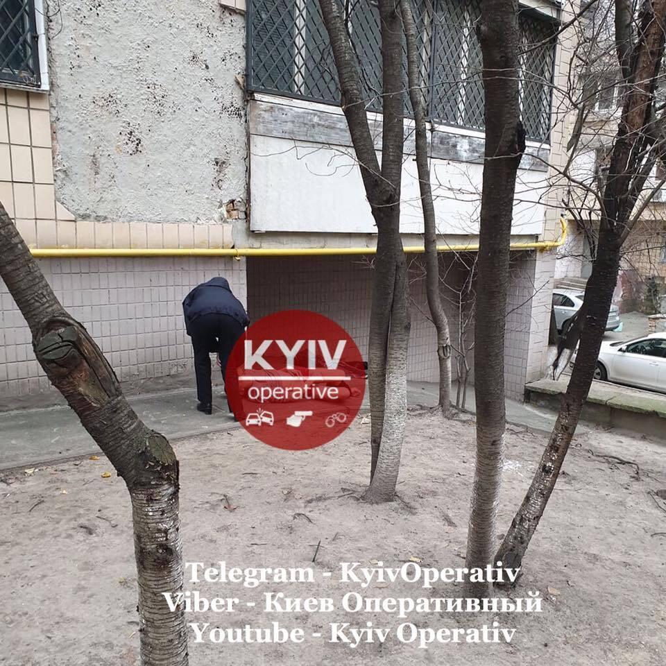У Шевченківському районі Києва, на вулиці Юрія Іллєнка, 71, у понеділок вранці, 25 листопада, знайшли напівголий труп чоловіка