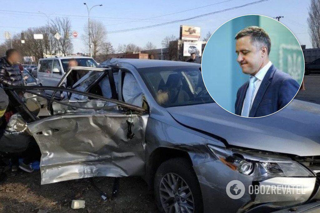 """Кулеба проїхав перехрестя на """"червоний"""", де в його авто врізався мікроавтобус. Разом із чиновником у салоні авто були сини: 10 і 19 років."""