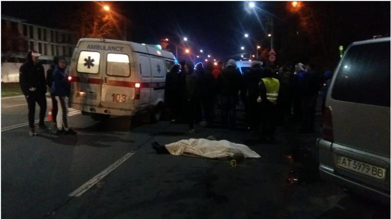 Розлючений натовп оточив машину швидкої допомоги, ображав і погрожував фельдшерці
