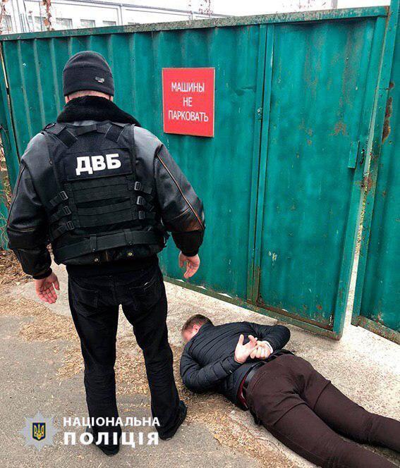 У Києві працівник Оболонського управління поліції вимагав $1000 за повернення авто, яке вилучили у рамках кримінального провадження