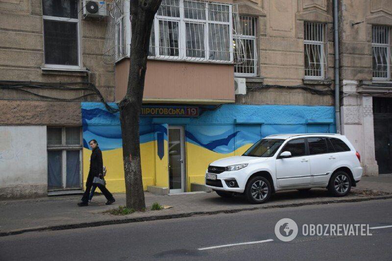 Після поїздки в Росію потрапивший у скандал депутат розфарбував свій офіс в жовто-сині кольори