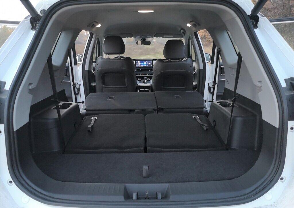 При полностью сложенных сиденьях второго и третьего ряда образуется ровный пол, а объем багажного отделения достигает 1930 литров.