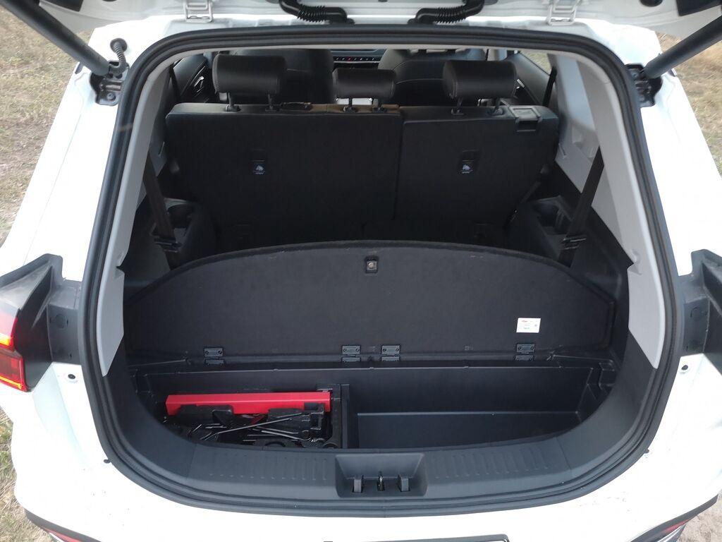Под полом багажника есть место для инструментов и дополнительное отделение для багажа
