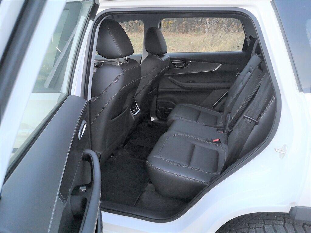 Правое сиденье второго ряда можно регулировать в продольном направлении.