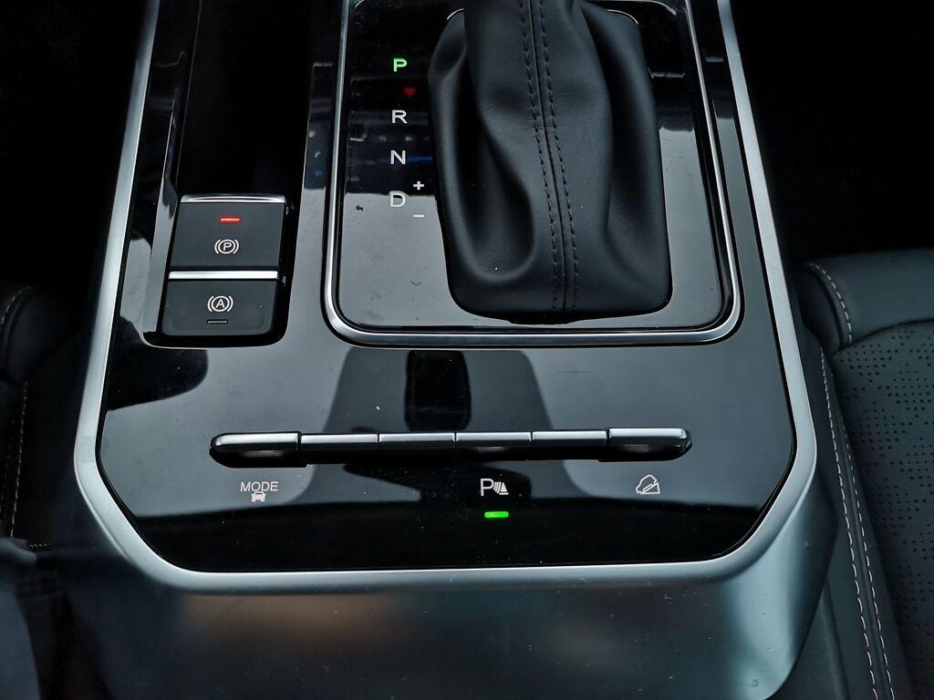 Стояночный тормоз - с электроприводом, есть система HDC, парктроник и два режима драйва – эко и спорт