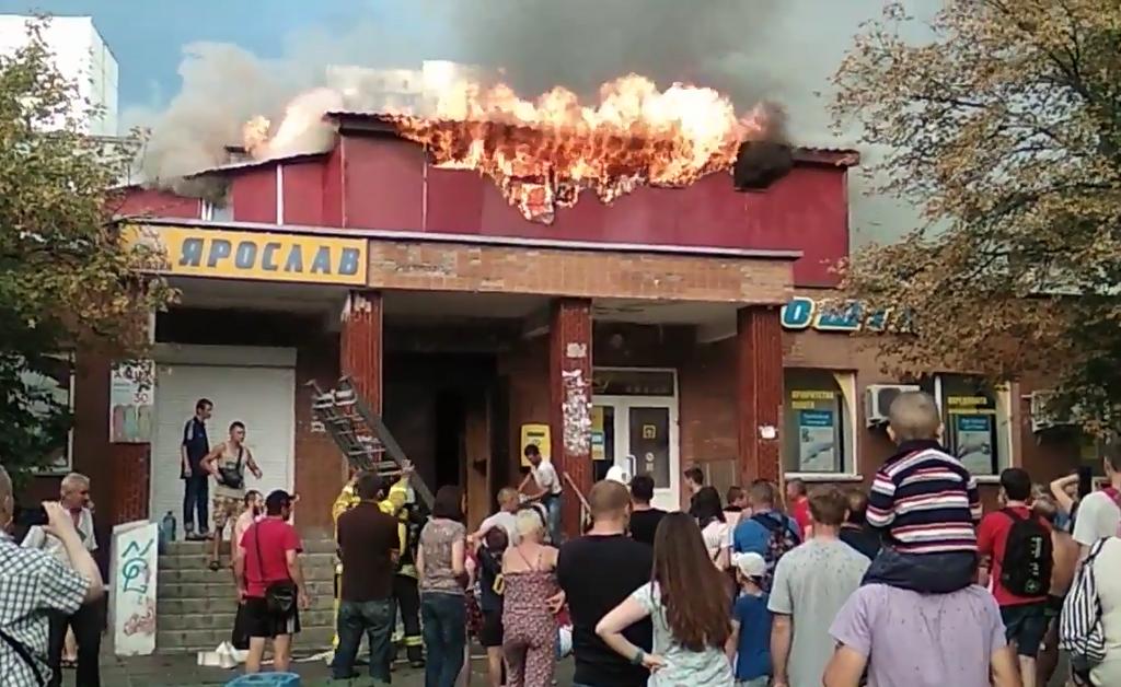 А це пожежа в хостелі влітку 2018 року. Горіла будівля на вулиці Кибальчича у Києві