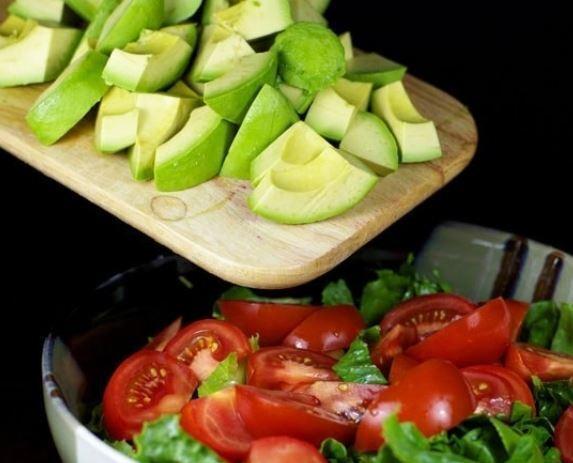 Салат с авокадо и помидорами без майонеза