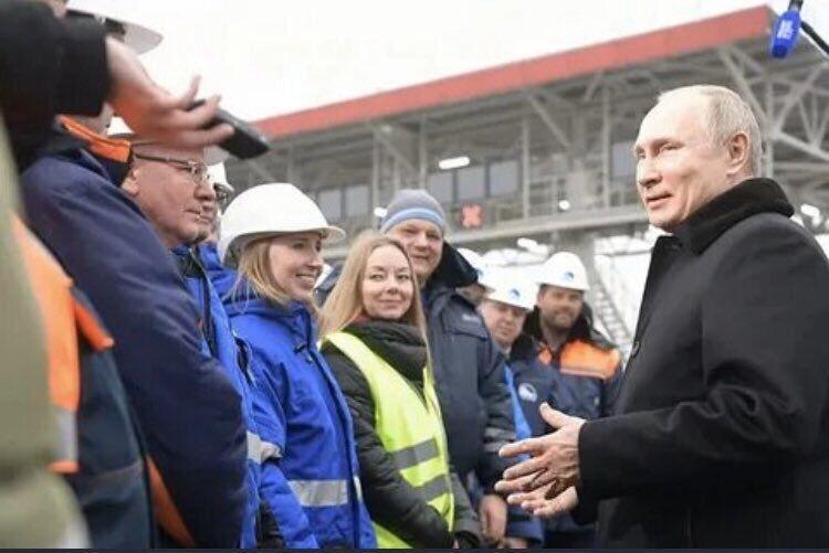 Путина спрятали за стеклянной стеной