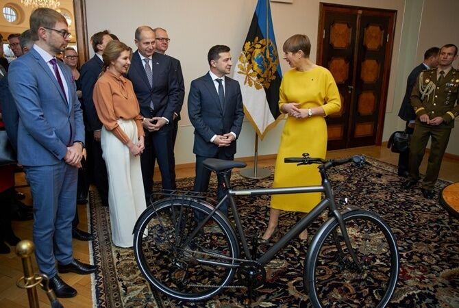 Кальюлайд подарувала Зеленському велосипед