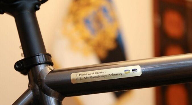 На велосипеді є табличка з іменем президента