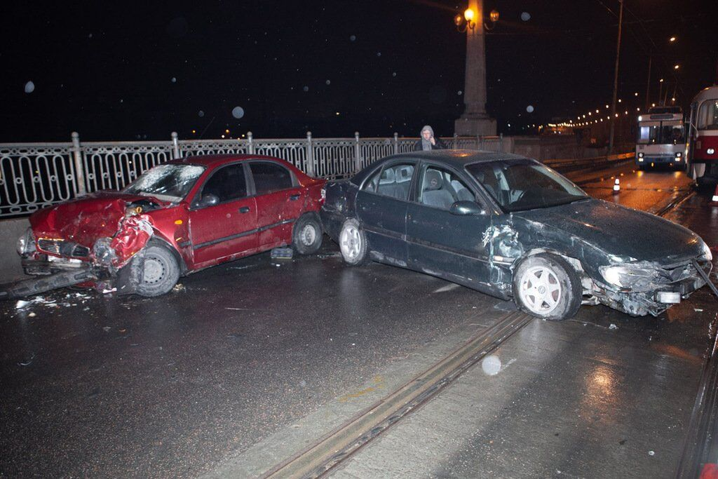 У Дніпрі дві автівки потрапили в жорстку ДТП на мокрій дорозі