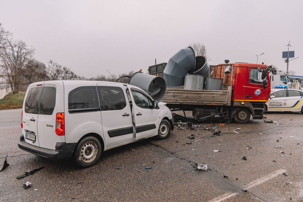 У Дніпрі на Криворізькому шосе зіткнулися три автомобілі