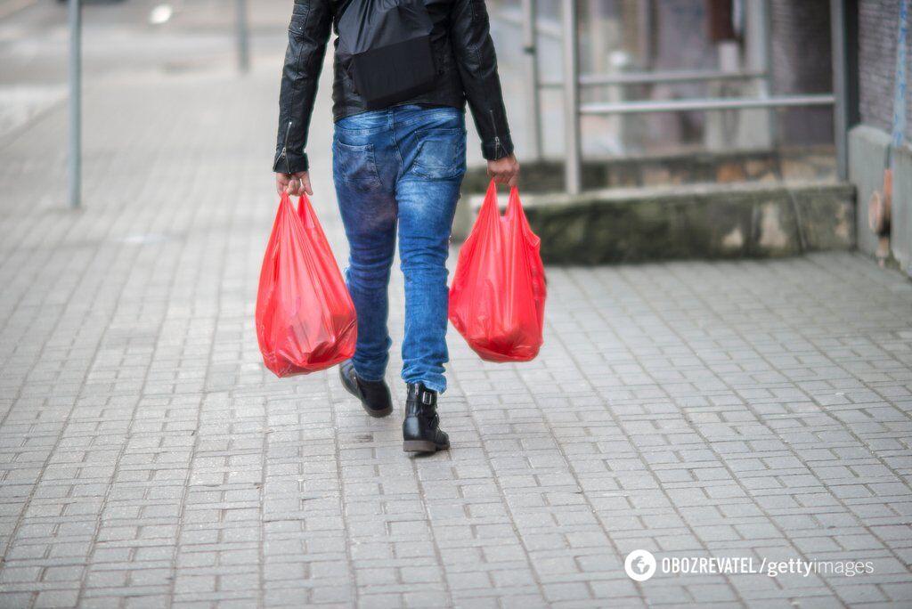 В середньому один українець використовує близько 500 пакетів на рік