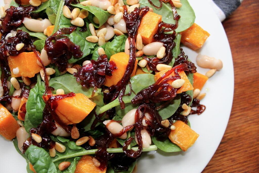 Салат з квасолі з гарбузом, шпинатом, кедровими горіхами та карамелізованою червоною цибулею