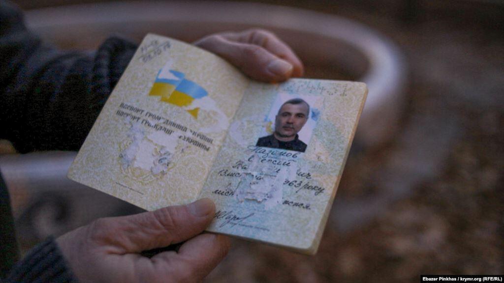Назимову зіпсували паспорт