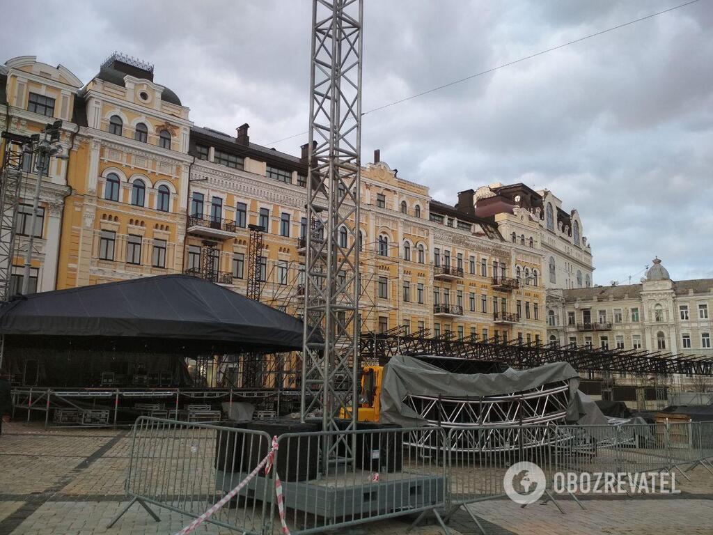 У Києві почали встановлювати ялинку