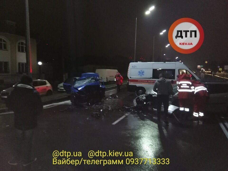 Автомобиль Peugeot с российской регистрацией выехал на встречную полосу и влетел в Daewoo Lanos