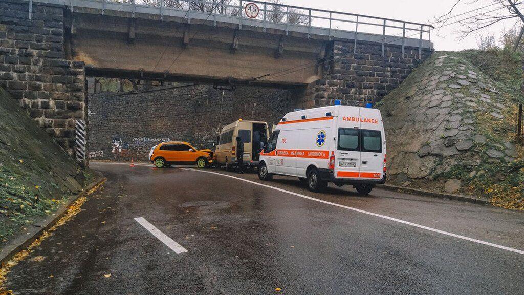 В Днепре легковой автомобиль врезался в маршрутку