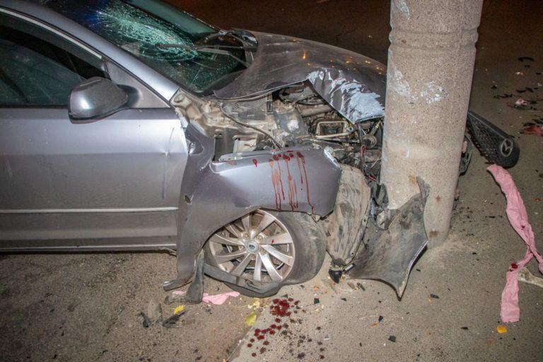У Дніпрі автомобіль Mazda розбився об стовп