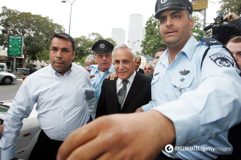 Моше Кацав у супроводі поліції
