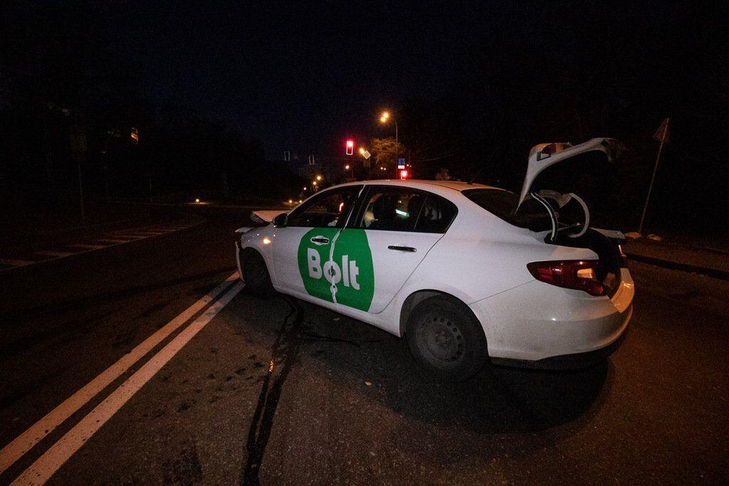 В Киеве внедорожник Honda выехал на встречную полосу Парковой дороги, протаранил такси Bolt с пассажиром и скрылся