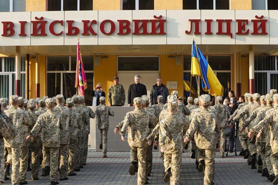Порошенко обратился к ученикам освобожденного от оккупантов лицея
